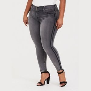 Torrid | Super Stretch Jegging w/ black stripe s20